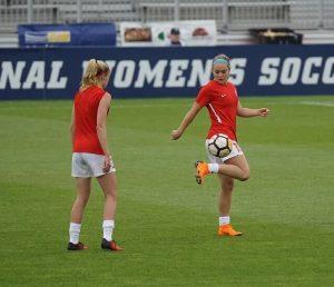 Zwei Mädchen im Fußballcamp