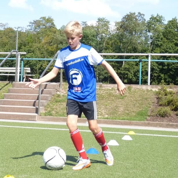 Junge trainiert im Fußballcamp
