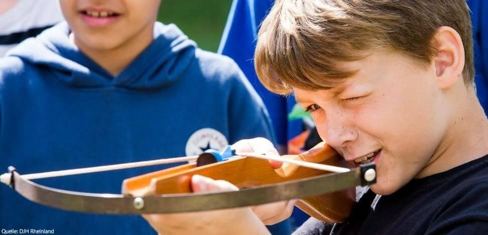 Deutsch-englisches Ferienlager: Bogenschießen