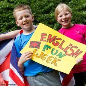 Englischcamp: Kinder mit selbstgebasteltem Plakat