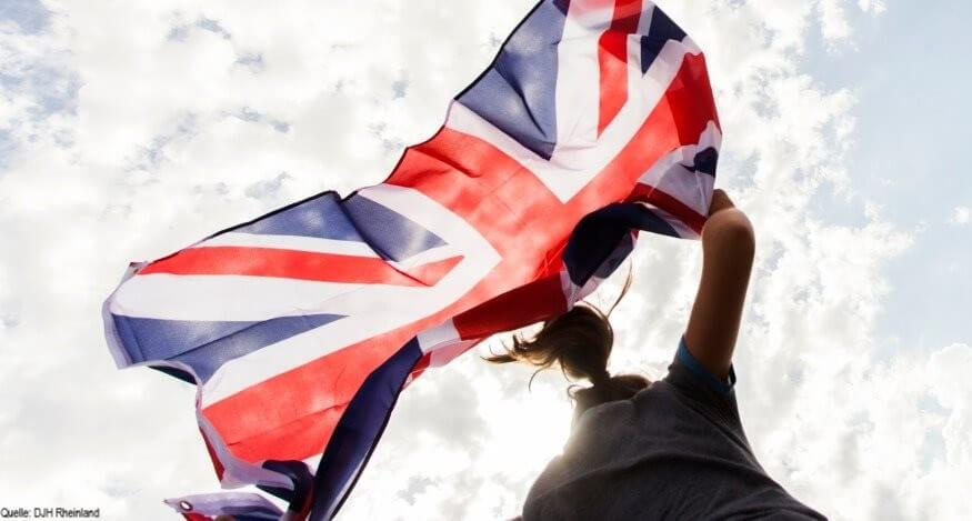 Englischcamp: Mädchen weht die englische Flagge