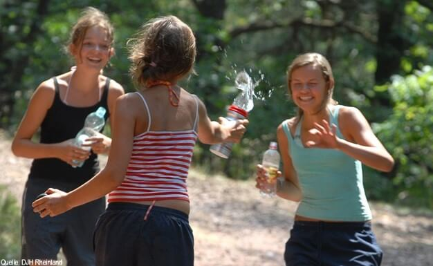 Englischcamp: Mädchen bei einer Wasserschlacht