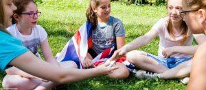 Englisch Adventure Feriencamp: Kinder spielen Karten