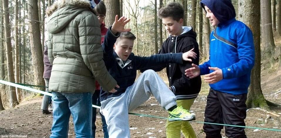 Englisch Adventure Feriencamp: Jungs auf der Slackline