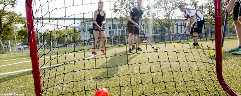Funsport Feriencamp: Hockeyspiel auf Rasen