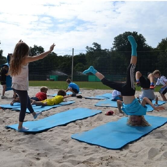 Kinder üben Handstand im Move-It Sportcamp
