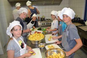 Im Move-It Sportscamp schwingen die Kinder selbst den Kochlöffel