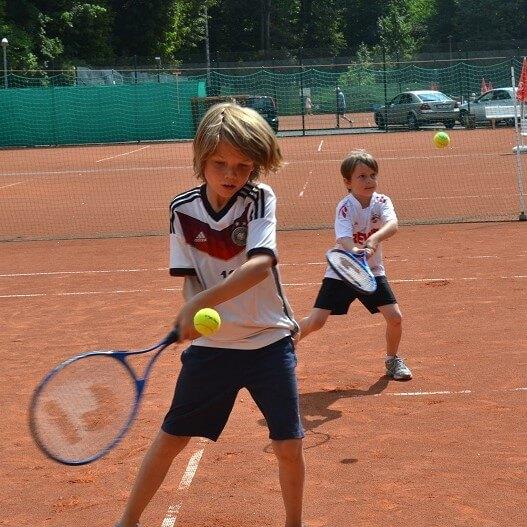 Zwei Jungs im Tennistraining