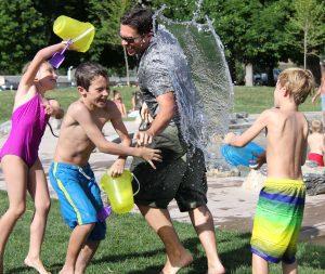 Kinder haben Spaß im Schwimmbad im Ferienlager